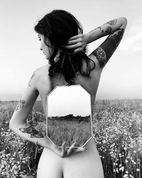 Вслед за Любовью Толкалиной голая в поле вышла и её дочь