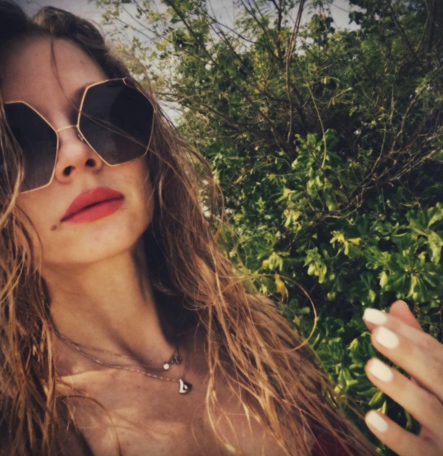 Светлана Ходченкова балует подписчиков фотографиями в бикини и без