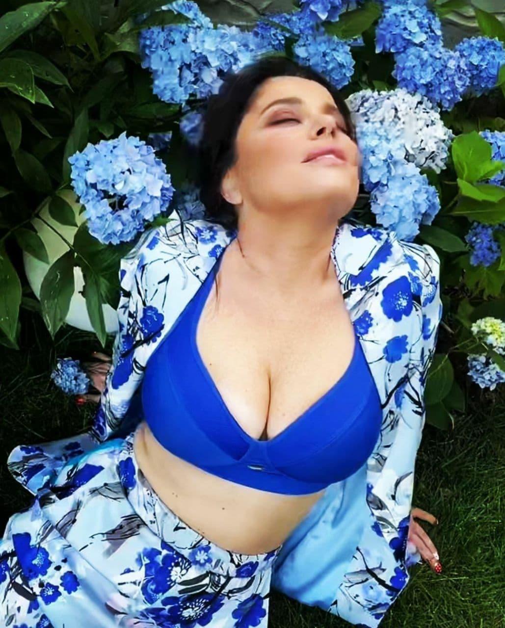 Наташа Королёва показала огромного размера грудь, устроив фотосессию в кустах гортензии
