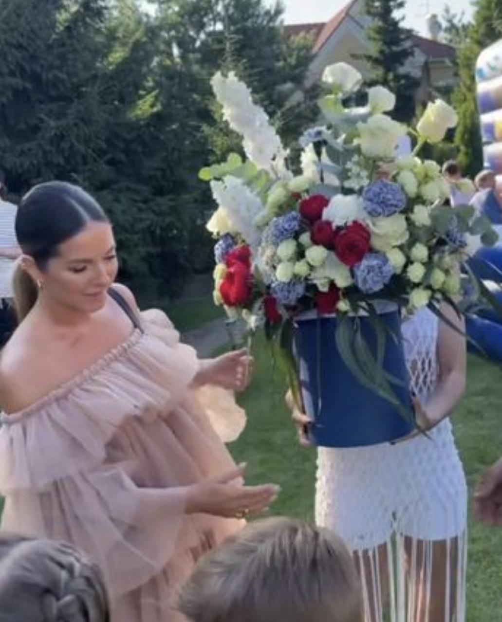 Глубоко беременная Нюша посетитела светское мероприятие в компании мужа