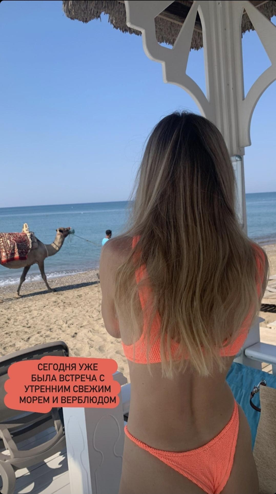 На отдыхе в Турции Вера Брежнева в купальнике сделала фото своей груди крупным планом