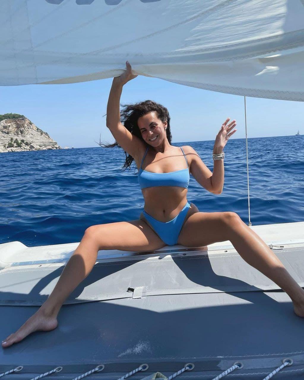 Настя Каменских устроила эффектную фотосессию в бикини на борту яхты