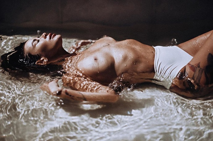 Айза Долматова развлекается фотографированием своего обнаженного тела