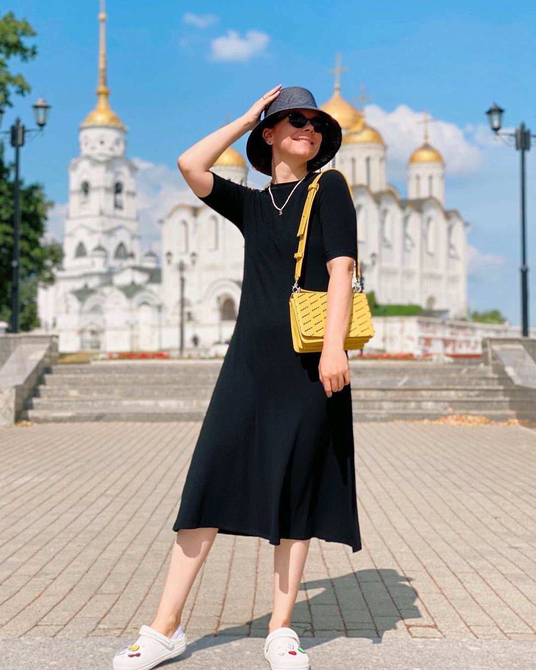 Внешний вид: надев кроксы, Татьяна Брухунова отправилась на прогулку по Владимиру