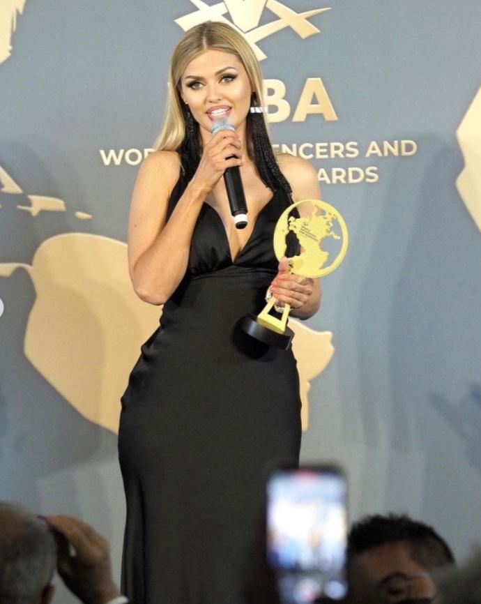 Виктория Боня в платье с декольте получила награду на церемонии вручения премии в Каннах