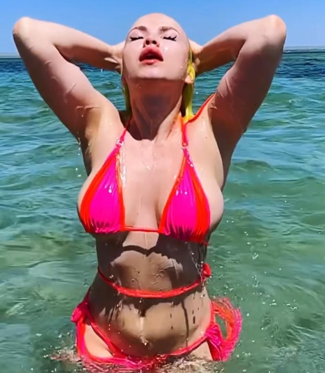Даша Шейк опубликовала видео огромной груди в крохотном бикини