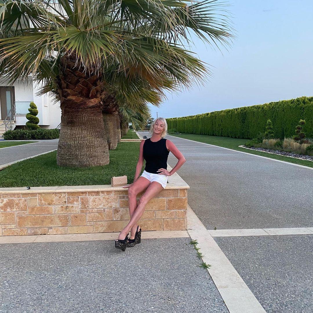 Рейтинг дня: Анастасия Волочкова с обновлённой причёской отправилась на прогулку в мини-шортиках