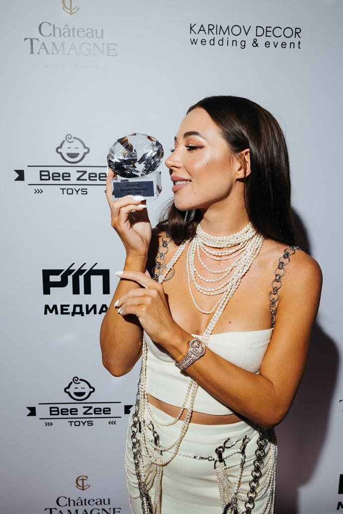 Дерзко, но элегантно: блогер Валерия Чекалина появилась на премии телеканала Fashion TV Russia «Fashion Summer Awards 2021» в белоснежном наряде