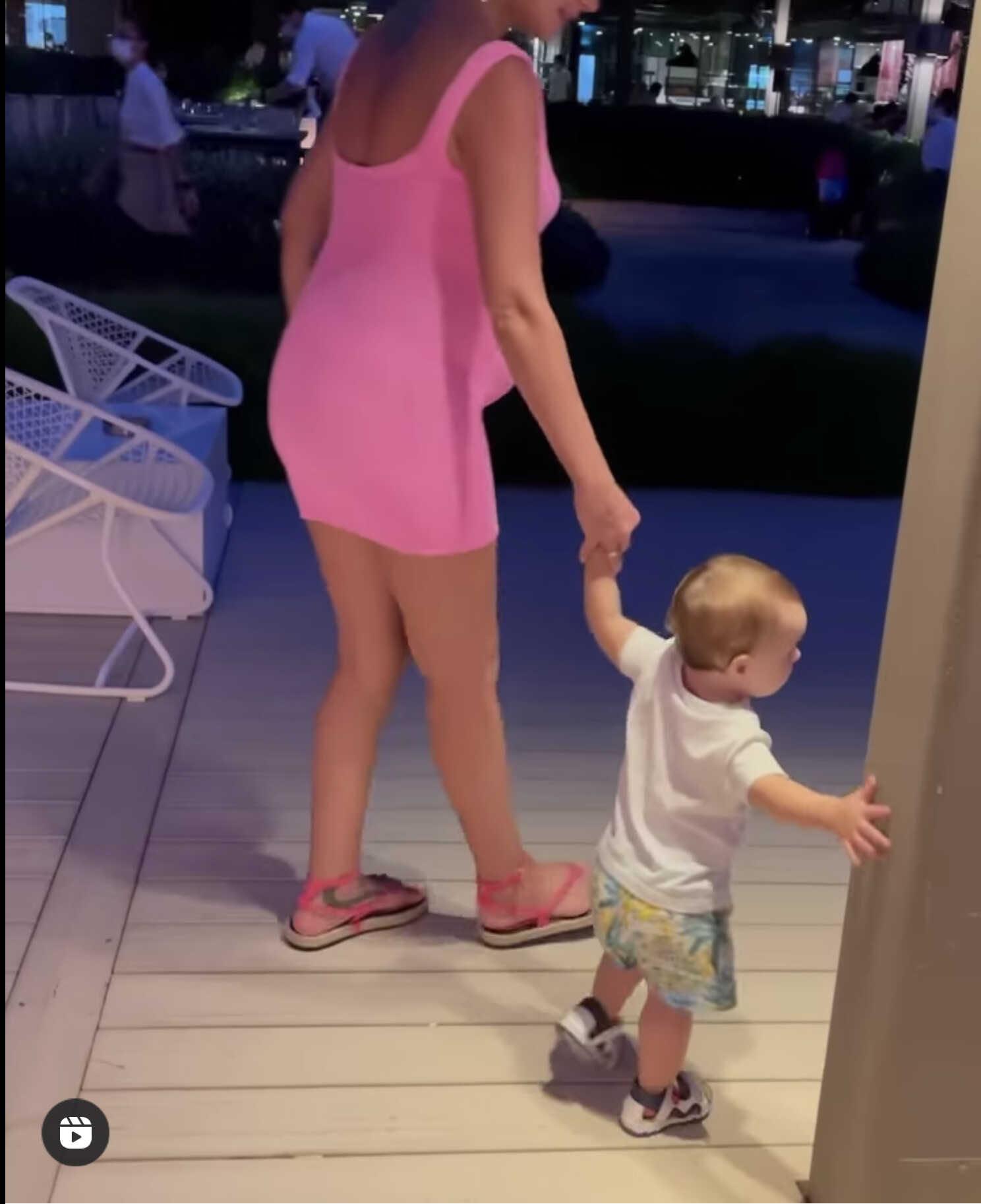«На ком лучше?»: в сети обсуждают одинаковые беременные платья Кати Жужи и Елены Перминовой