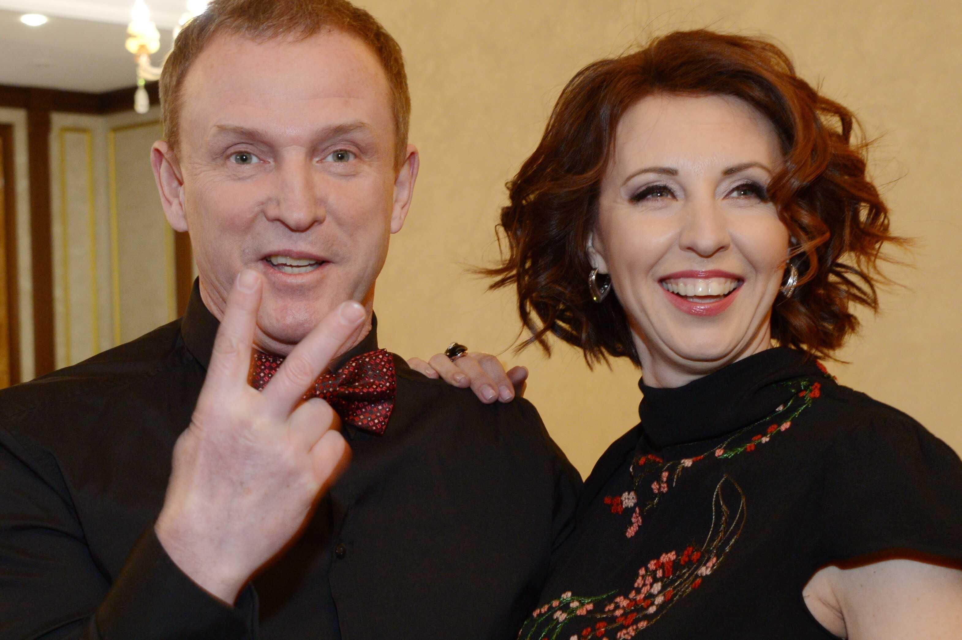 «Семейный секас»: Виктор Рыбин поставил полуголую Наталью Сенчукову в пикантную позу