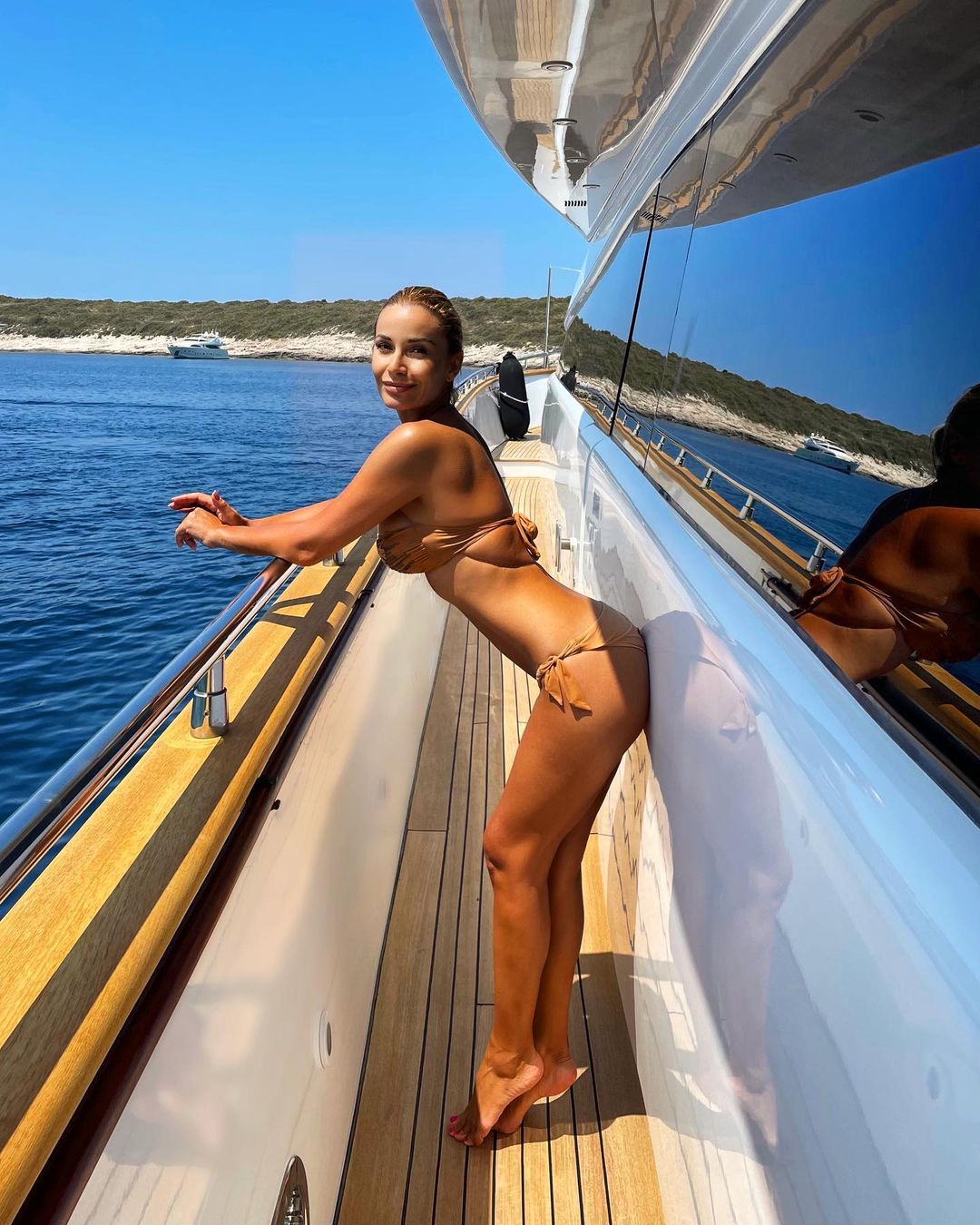 Молодой человек Ольги Орловой наслаждается её видом в бикини и сексуально откляченной попкой