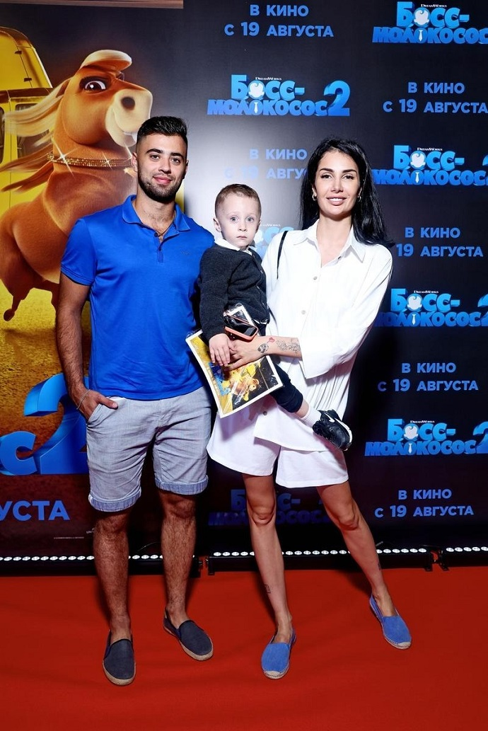 Саша Кабаева появилась на кинопремьере с ребенком на руках и со своим новым парнем
