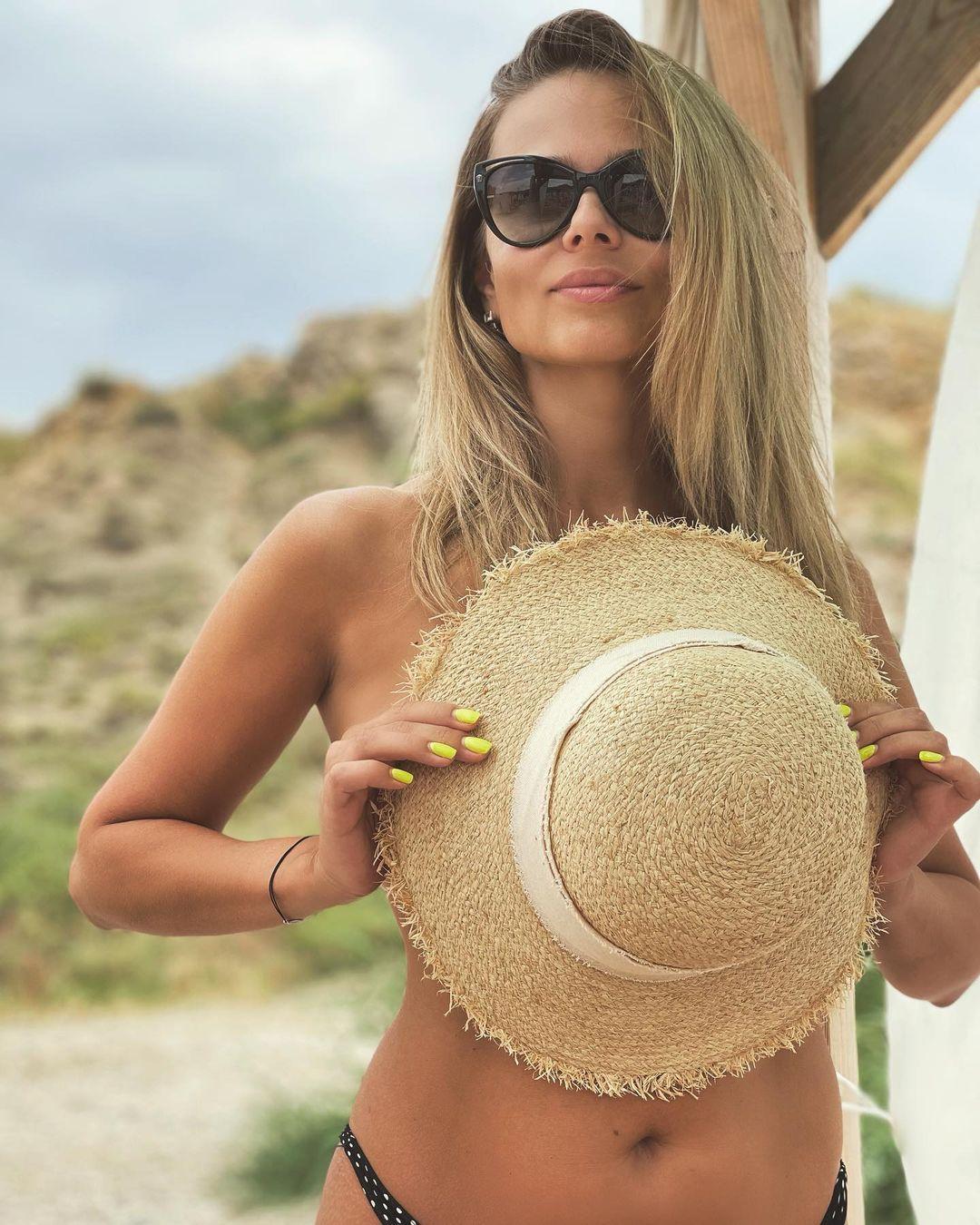Ксения Новикова загорает топлес во время отпуска в Крыму