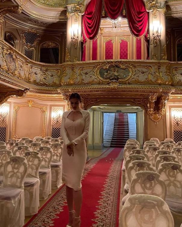 Внешний вид: Алёна Водонаева отправилась с сыном в театр, выбрав довольно сексуальный наряд