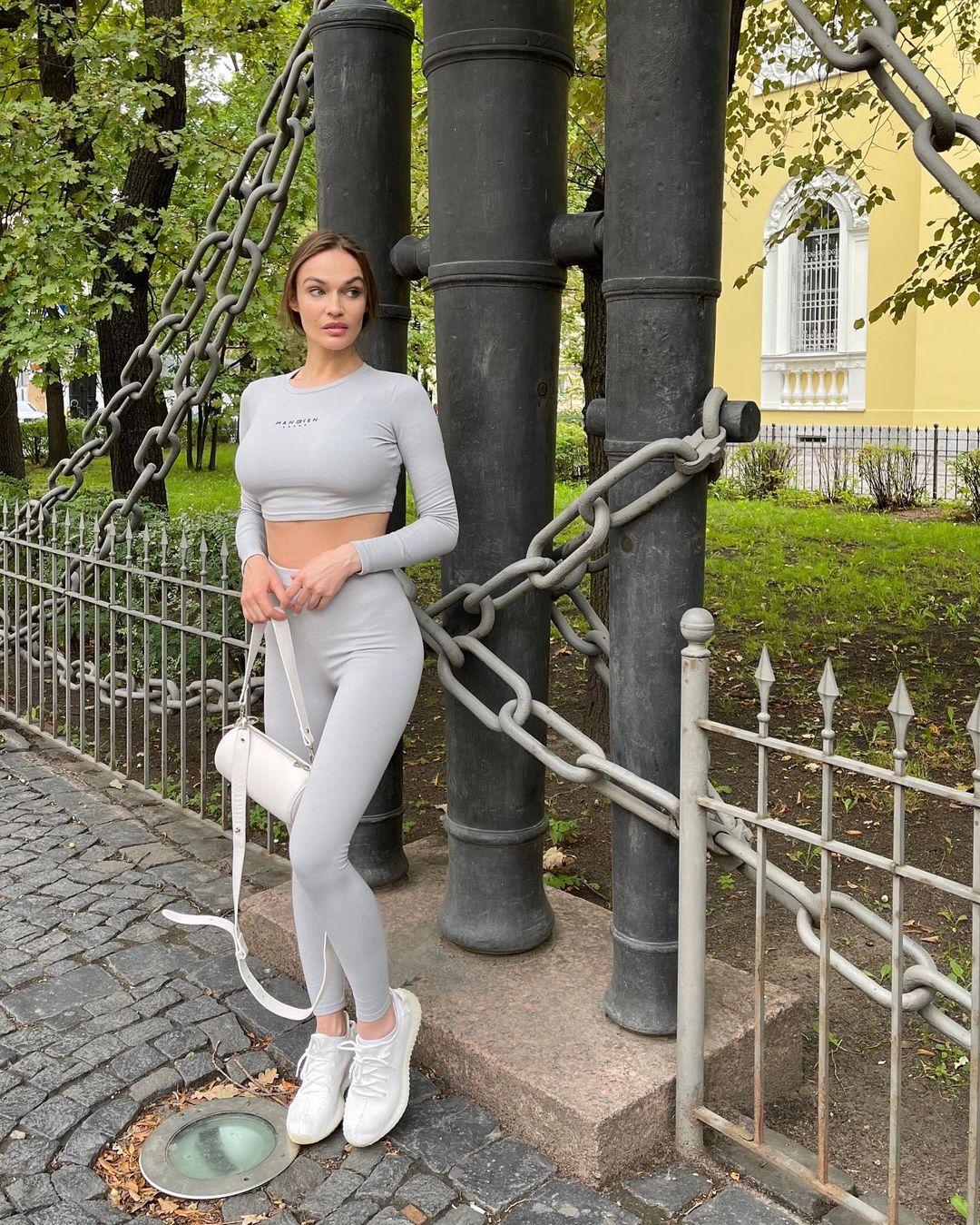 Внешний вид: Алёна Водонаева отправилась на прогулку по Санкт-Петербургу, надев облегающий костюм