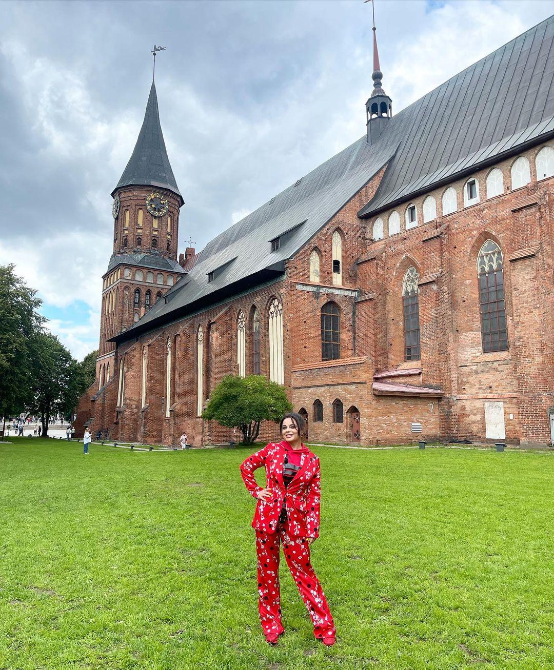 """""""Недоразумение в красном"""": Наташа Королёва выбрала клоунский наряд для поездки в Калининград"""