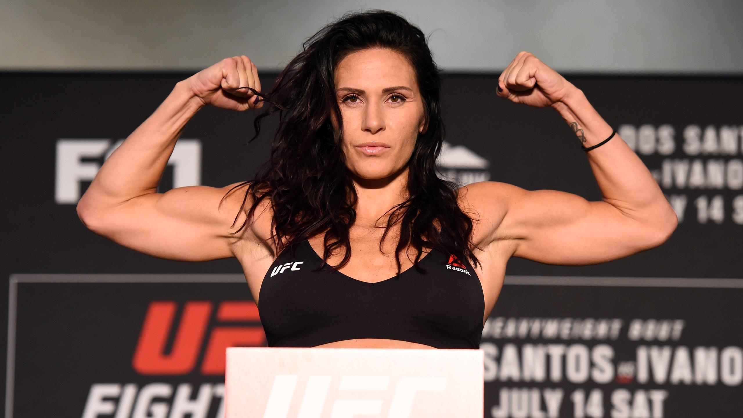 Боец UFC подала в суд на Холли Берри за обман