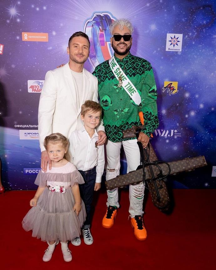 Филипп Киркоров появился на красной дорожке в Сочи с сумочкой LV за 2,5 миллиона рублей