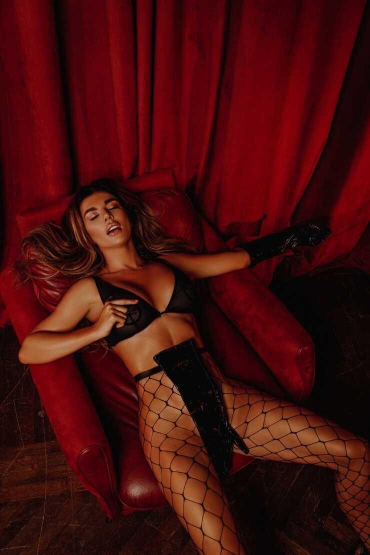 Анна Седокова посетовала, что ей приходится заниматься сексом с мужчинами, имеющими большие половые органы