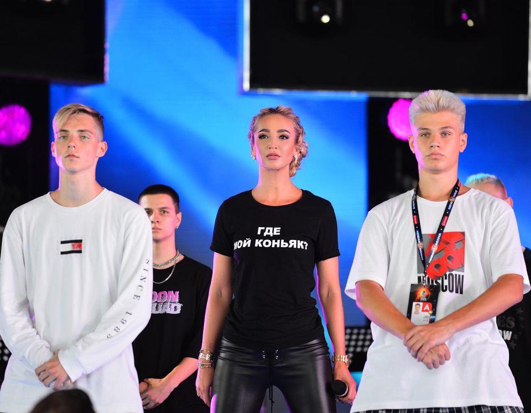 Дмитрий Губерниев высмеял футболку Бузовой с провокационной надписью