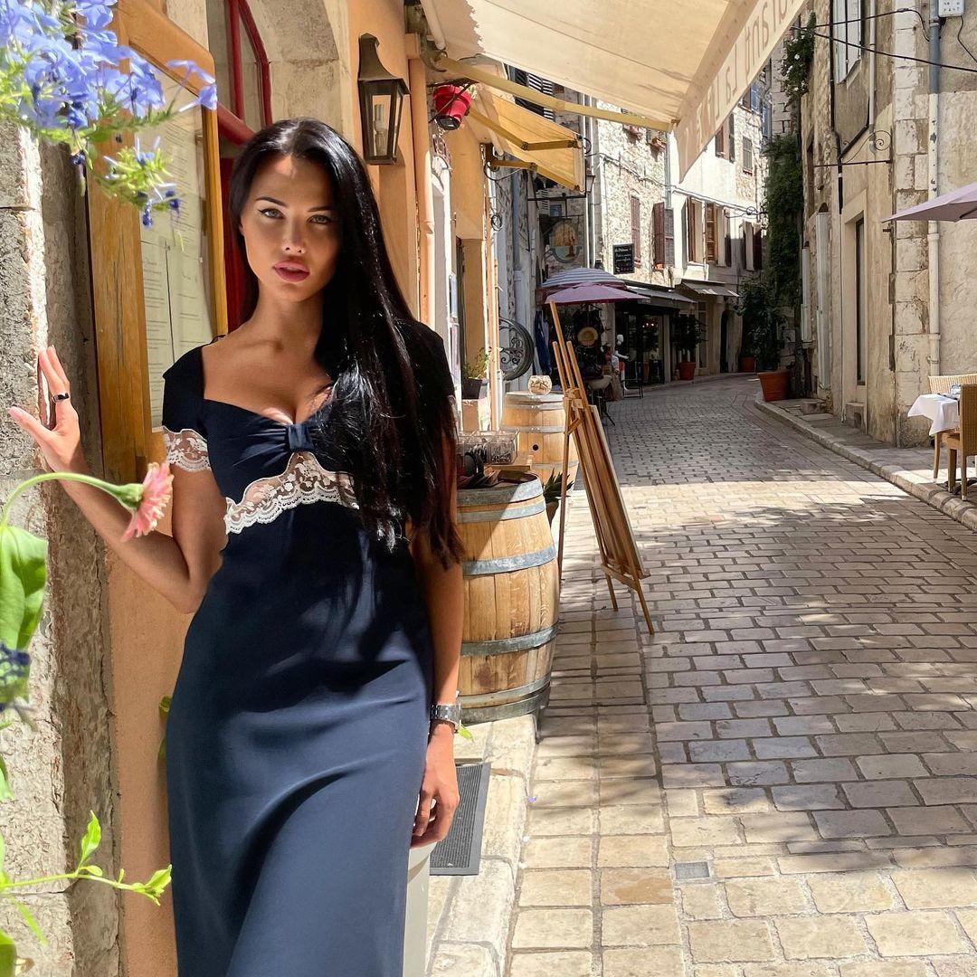 Анастасия Решетова отправилась на прогулку по улицам Франции в роскошном платье с декольте