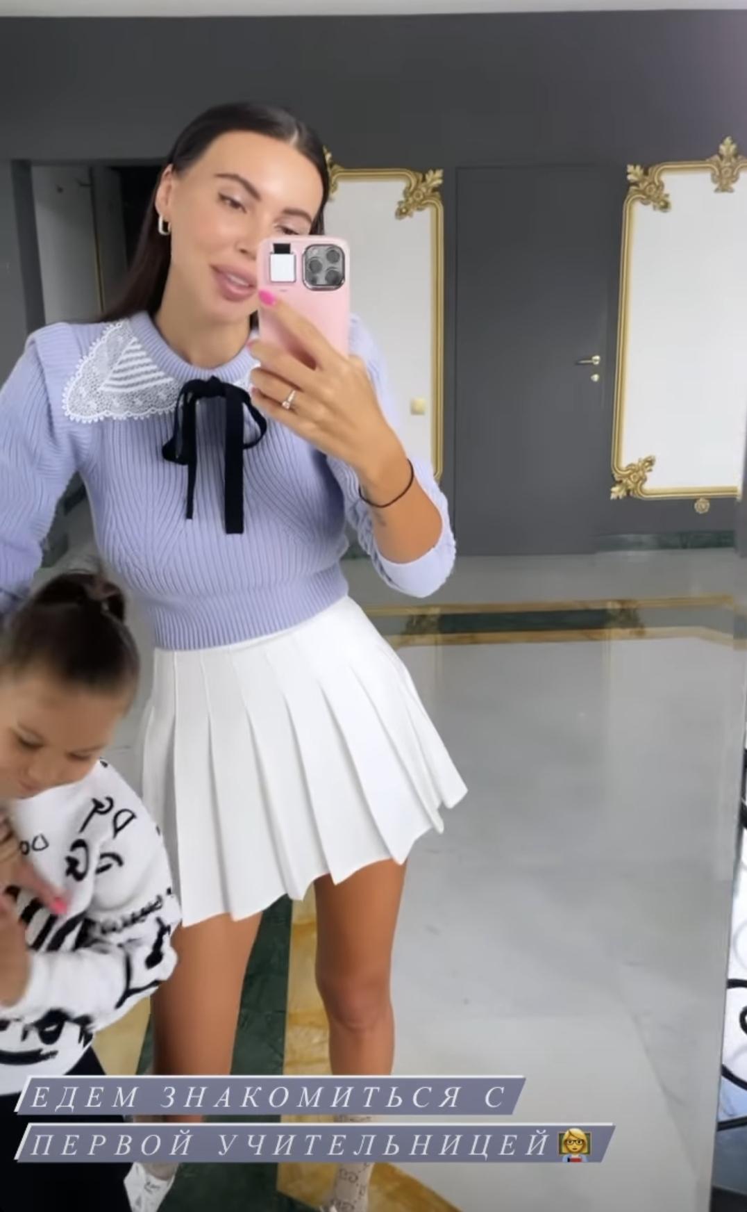 Собираясь на встречу с первым учителем дочери, Оксана Самойлова засветила трусики