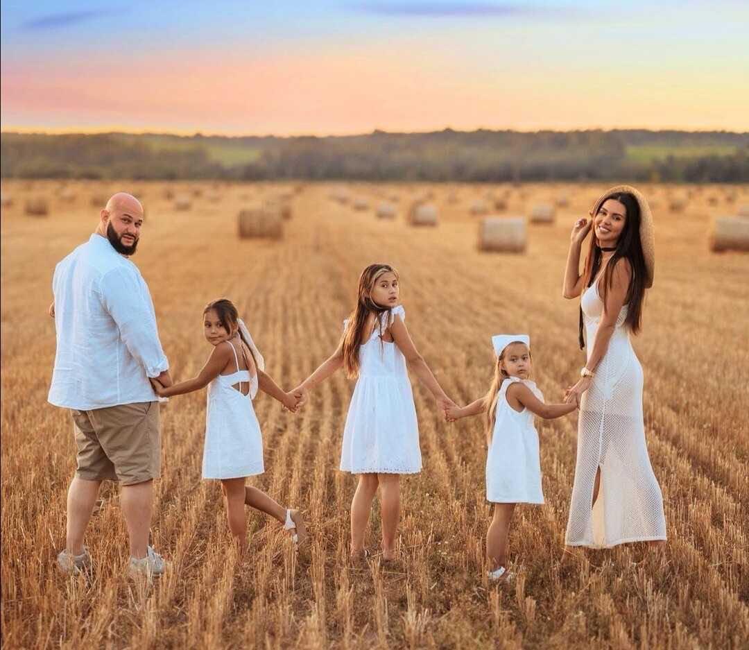 Оксана Самойлова и Джиган устроили семейную фотосессию в пшеничном поле
