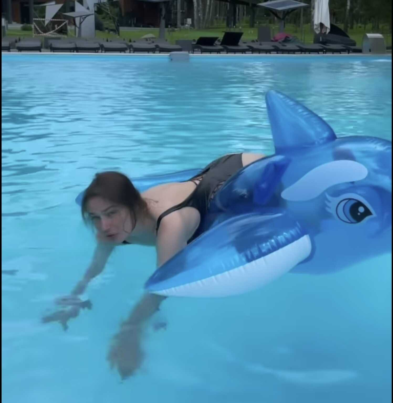 «Я жирная!»: призналась Алена Водонаева и показала голую попку, забравшись на надувного кита