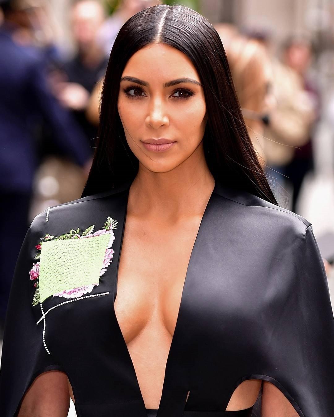 Ким Кардашьян подловили в клинике пластической хирургии