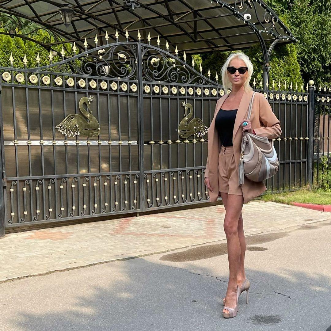 Анастасия Волочкова узнала, кто из соседей слил ее фото с голым задом в сеть