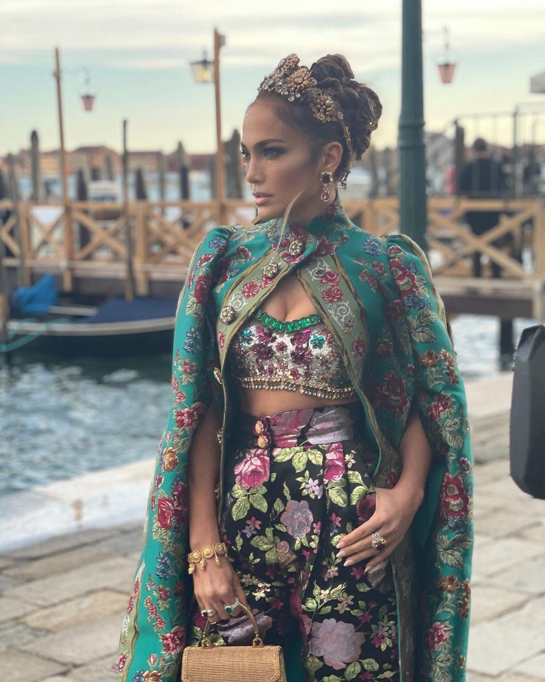 В короне и бриллиантах: Дженнифер Лопес выбрала царский образ для показа Dolce & Gabbana