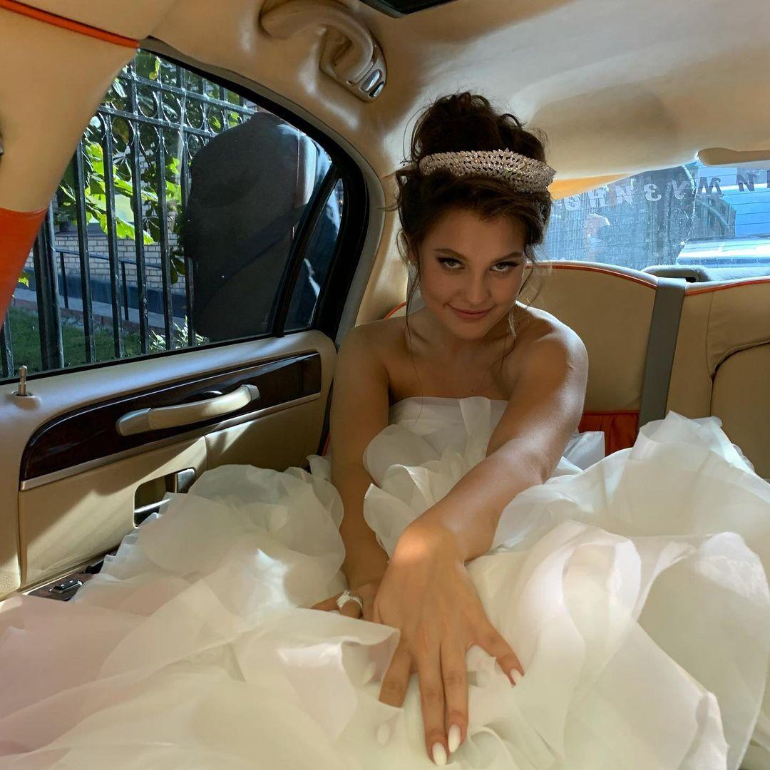 В Сети обсуждают реальную стоимость свадебного платья жены Моргенштерна