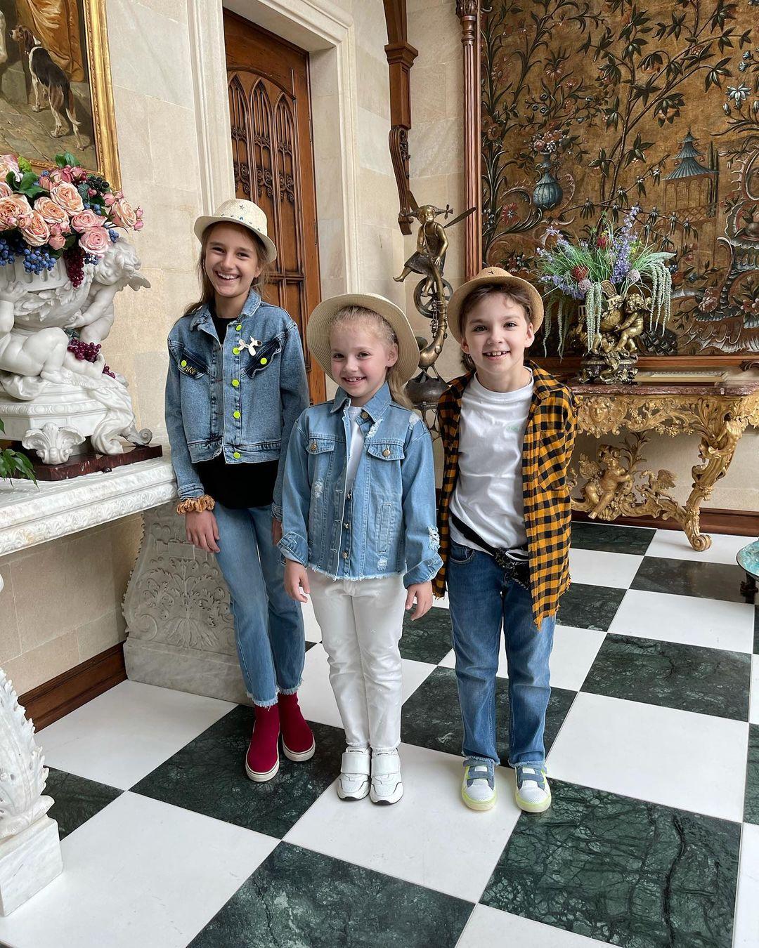Максим Галкин с детьми и Алла Пугачёва с внучкой пришли на торжественную линейку в школу