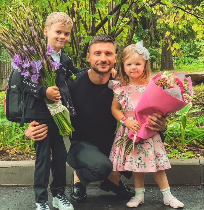 Dressed in all black, Sergey Lazarev accompanied his son to first grade for the first time