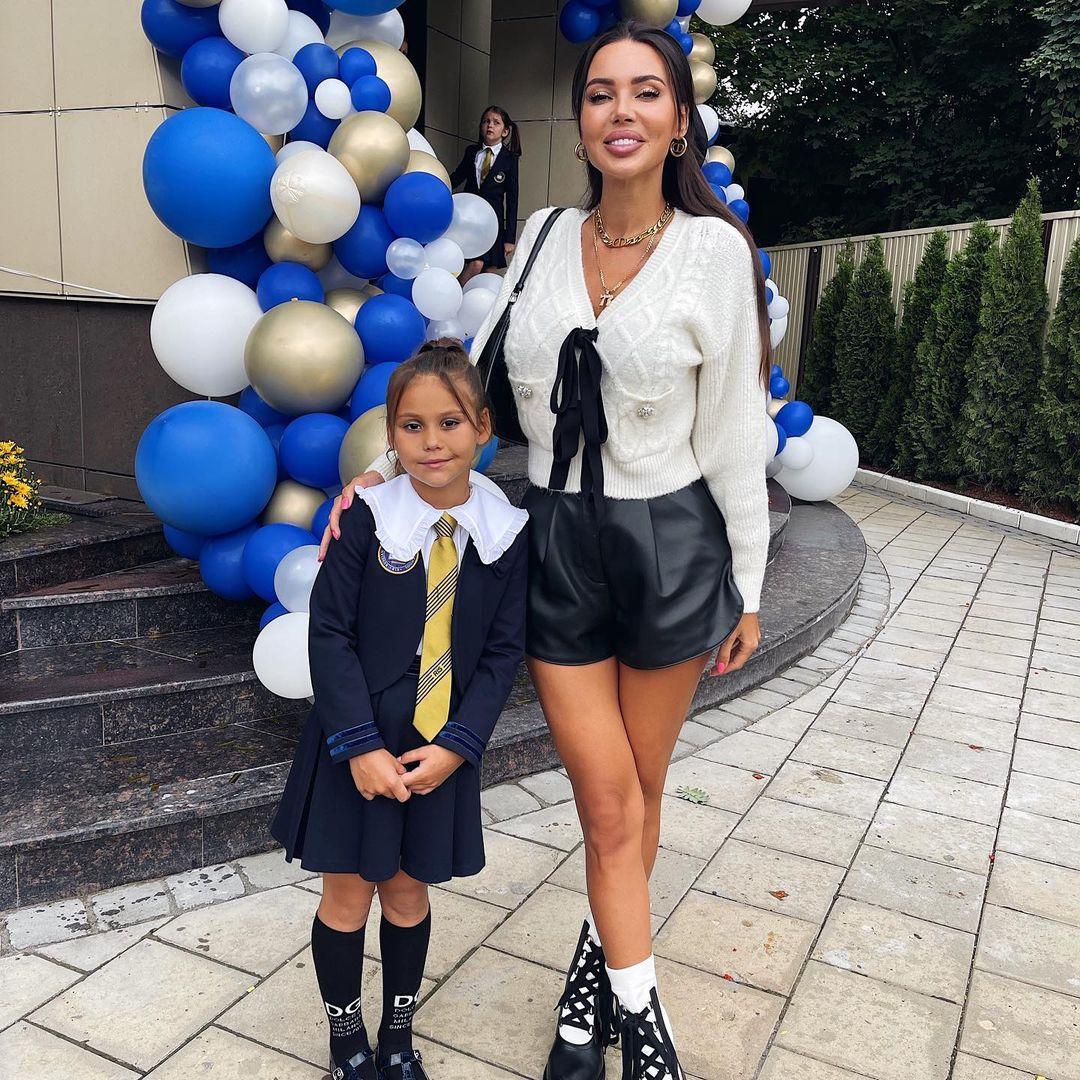 Секси-мамочка Оксана Самойлова пришла на школьную линейку в коротких кожаных шортиках