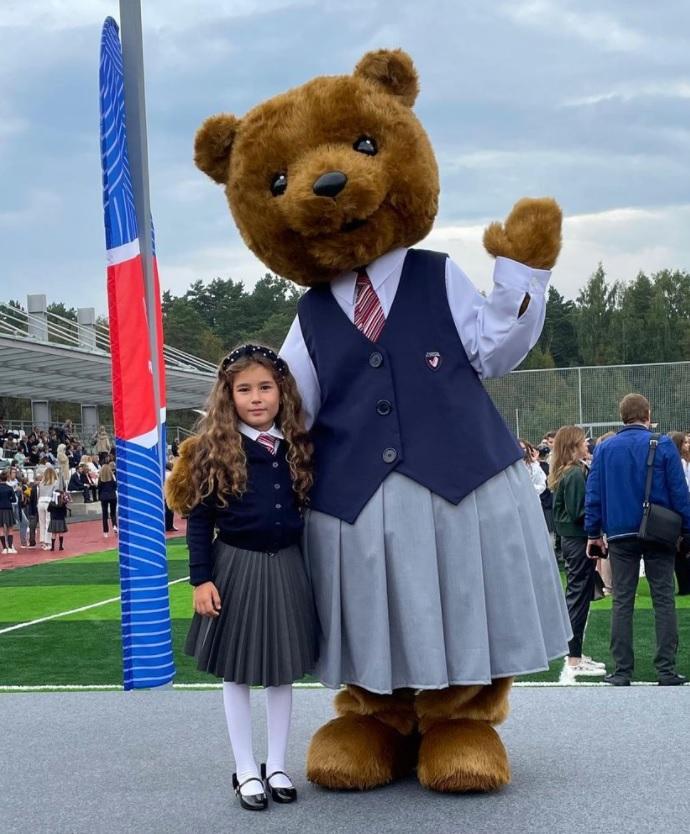 Keti Topuria accompanied her daughter to school wearing an oversized pajamas suit