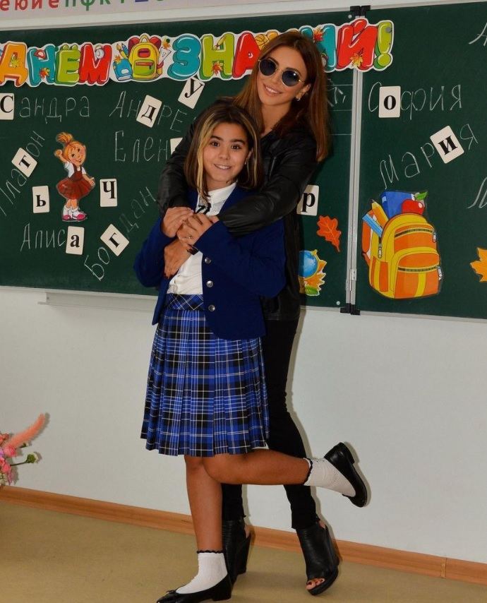 Ani Lorak did not take off her sunglasses indoors, taking a photo with her matured daughter