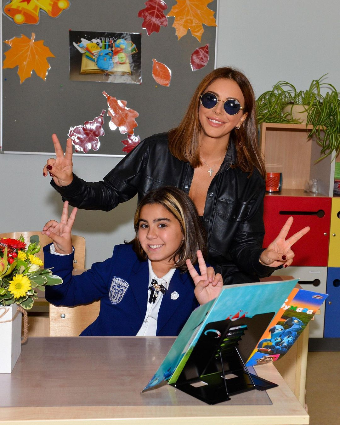 Ani Lorak did not take off her sunglasses indoors, taking a photo with her grown-up daughter