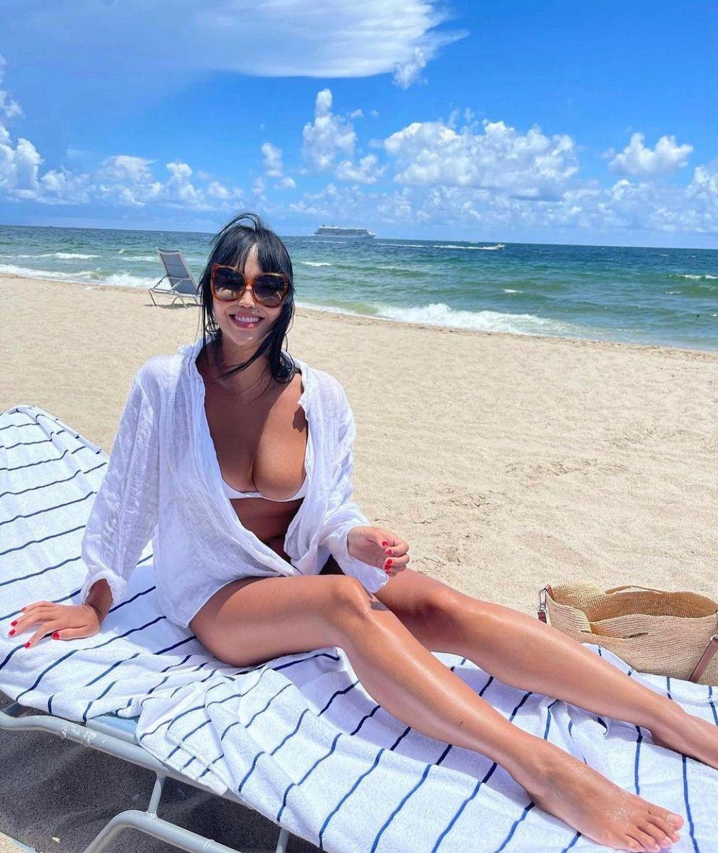 Молодая супруга Александра Цекало опять демонстрирует вывалившийся из купальника бюст