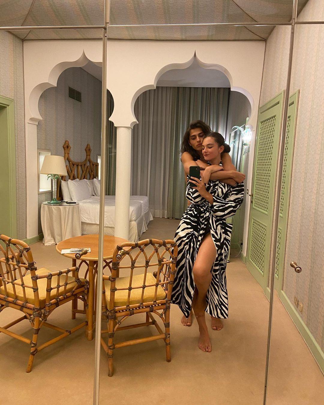 Virgo Kassel rests in Venice in the arms of her boyfriend
