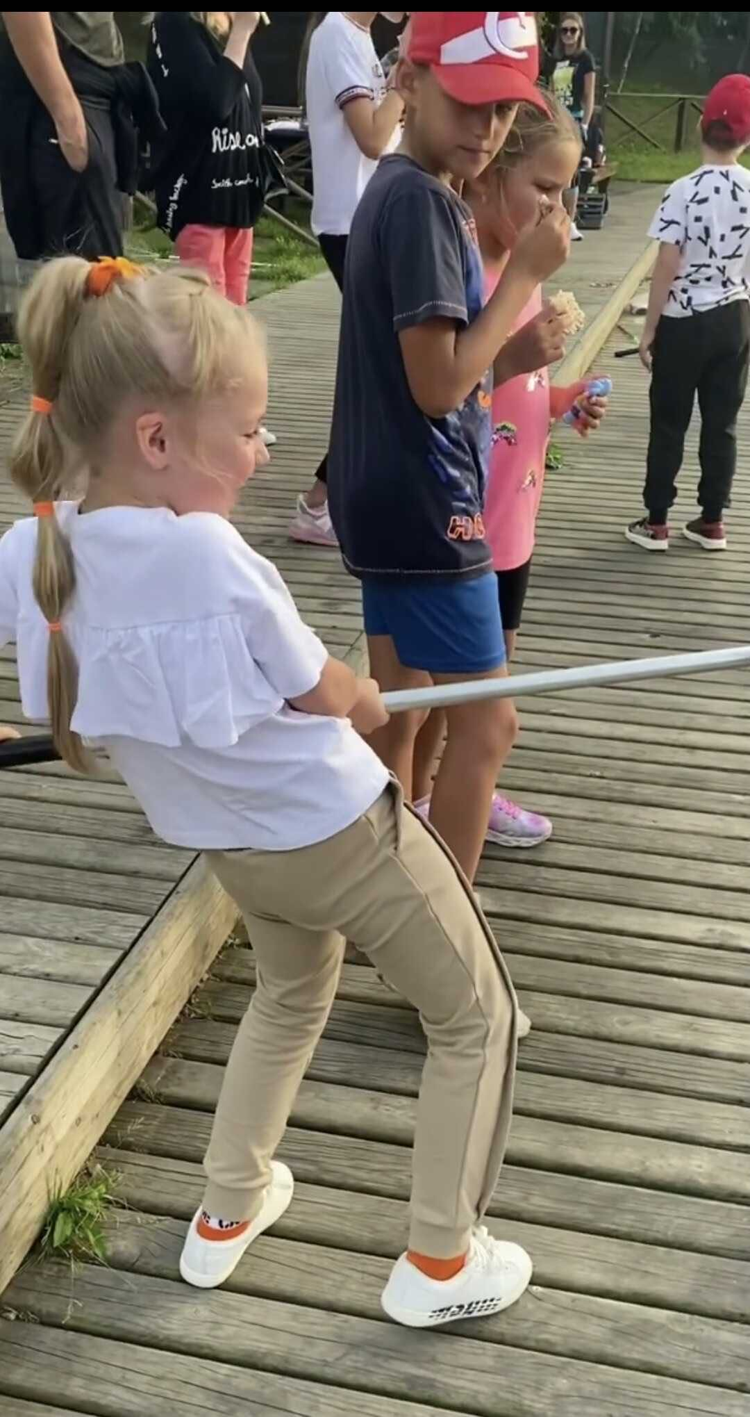 Алла Пугачева в ярких брюках и модном худи отправилась на рыбалку с семьей