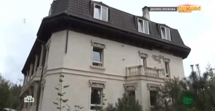 Пародист Александр Песков из-за финансовых проблем выставил на продажу свой дом