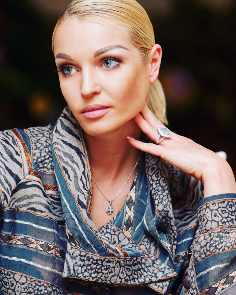 Иван Ургант посмеялся над Волочковой после ее конфликта с соседями