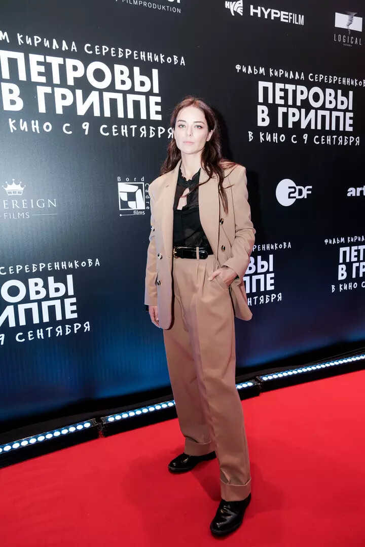 Rejuvenated and thinner Lolita, along with other celebrities, came to the movie premiere in a stylish way