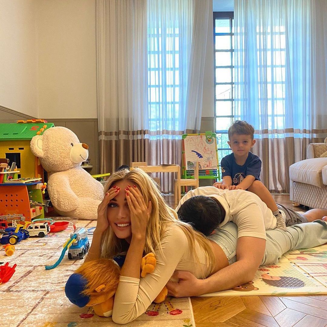 In a family photo with his son, her husband Igor Bulatov lay down on Victoria Lopyreva's ass and took her by the chest