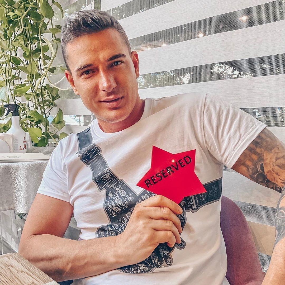 Курбан Омаров в компании полуголой блогерши высмеял слухи об его изменах Ксении Бородиной