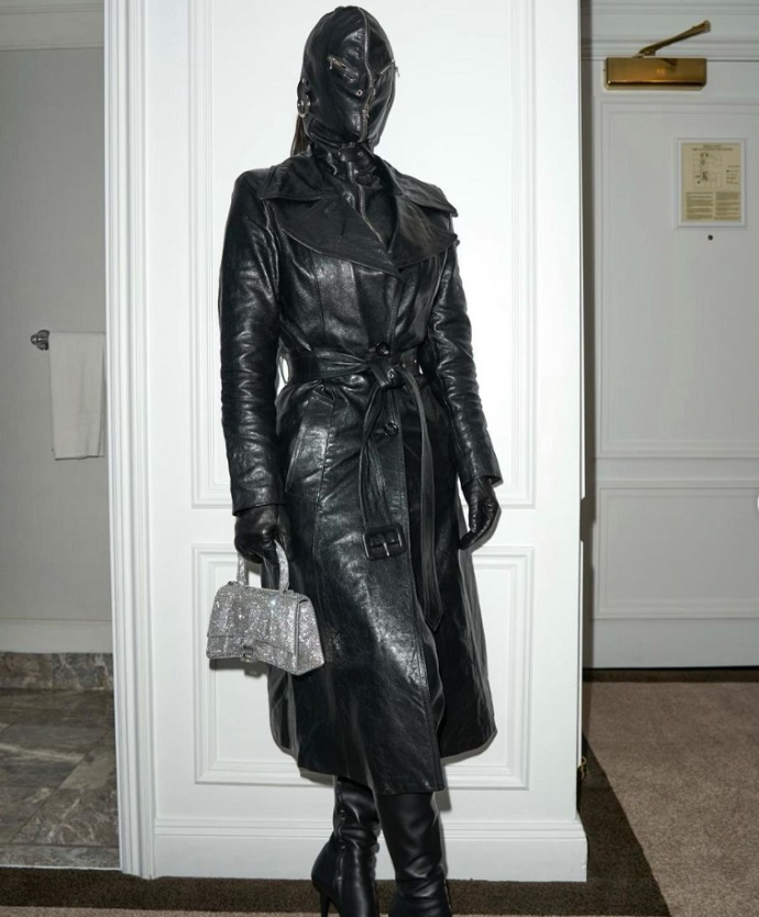 Kim Kardashian hid her face under a mask, wearing skin from head to toe