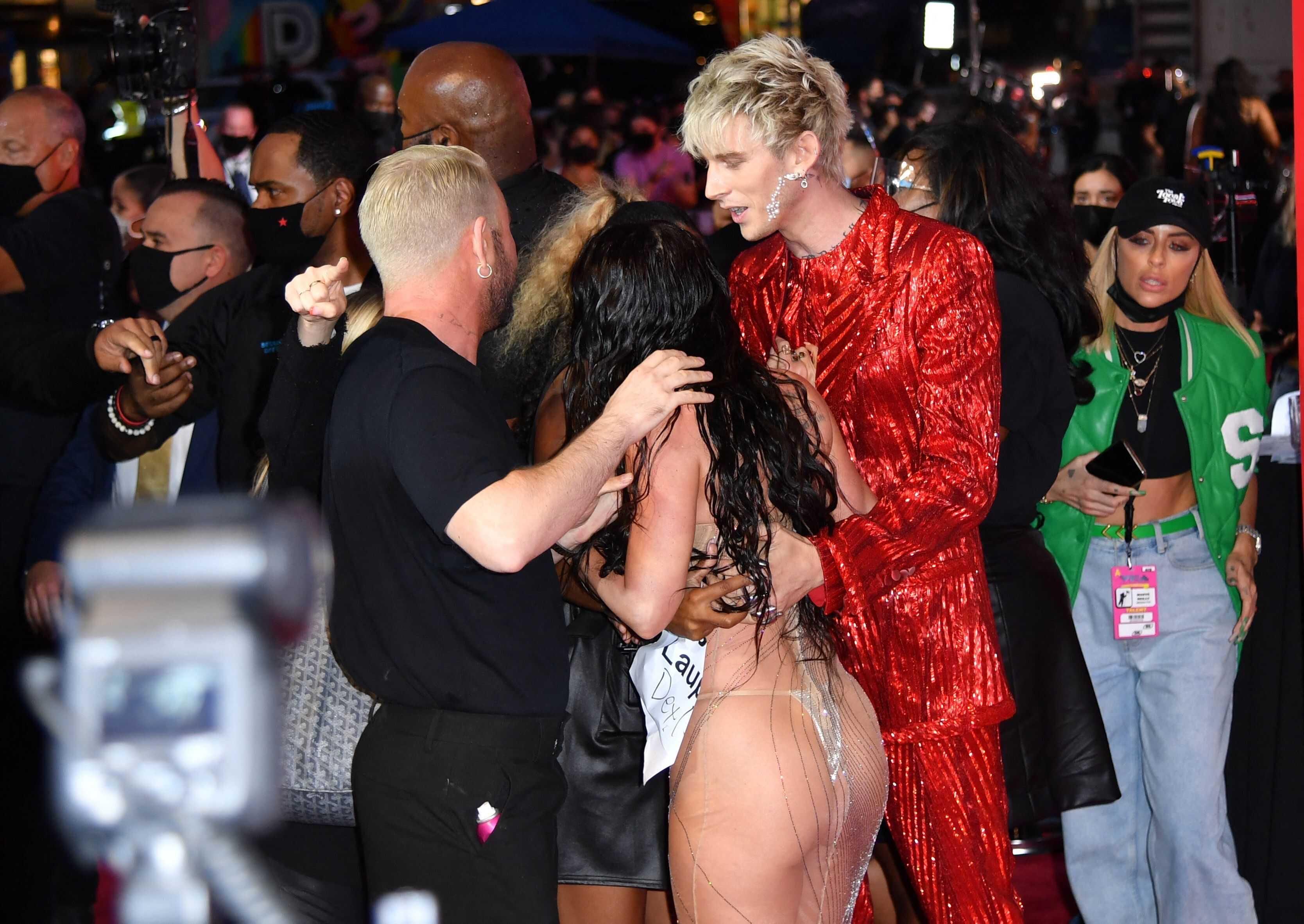 Меган Фокс вновь покорила публику, появившись на красной дорожке в супер-откровенном платье