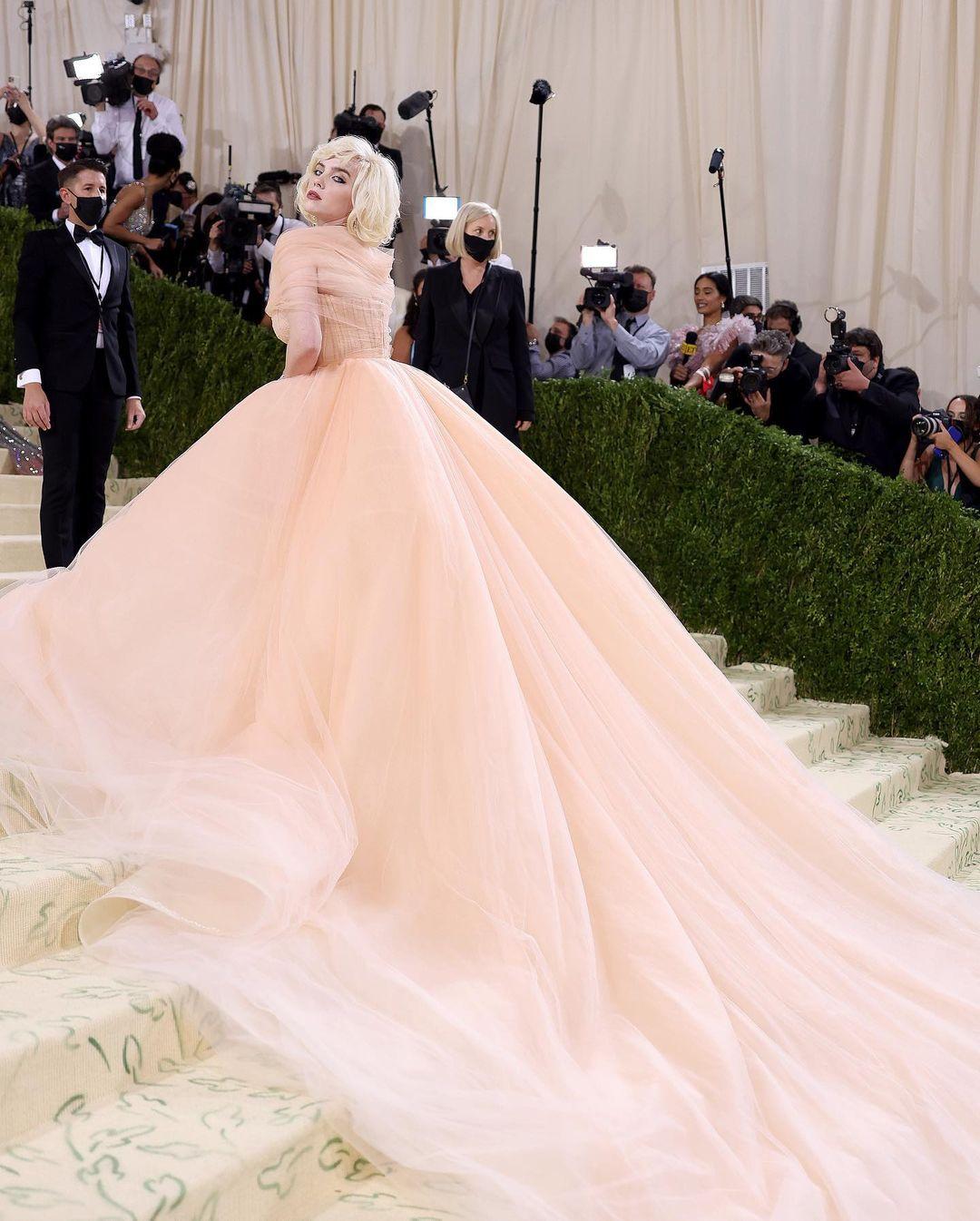 Билли Айлиш надела пышное платье и стала похожа на Мэрилин Монро