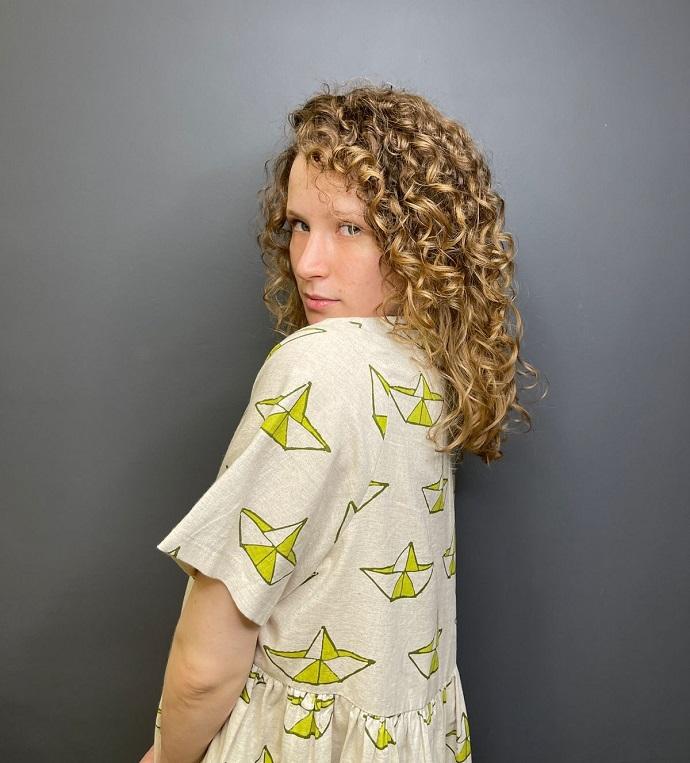 «Укрощение непослушных волос Монеточки»: стилист Айсель Мовлаева рассказала, как справиться с прической певицы